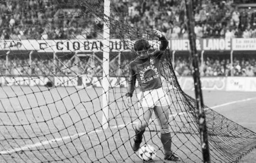 7 mai 1982, stade de la Beaujoire, Nantes (Loire- Atlantique) Nantes-Bordeaux (6-0). Pas vraiment aidé par son mètre 63 et son rôle de gardien volant, Alain Giresse ira chercher le ballon cinq fois au fond des filets. A l'heure de jeu, épuisé par d'incessants aller-retour, il cède sa place à son dernier défenseur ; un certain Marius Trésor. (Photo L'Équipe)